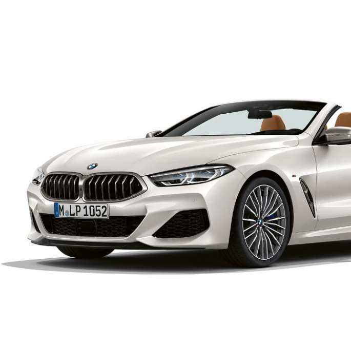 BMW M850i xDrive, Mineral White metallic, three-quarter view front.